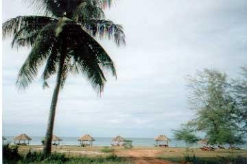 かつてシアヌーク・ビルと呼ばれたカンボジア随一の港町、コンポンソムのビーチ。