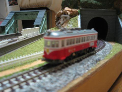 名鉄列車が牧場を通過