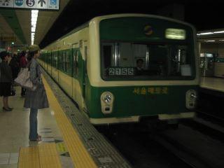 ソウルの地下鉄。北京の地下鉄に似ている。