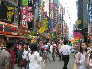 ソウル一の繁華街、明洞(ミョンドン)。日本語の看板があふれかえっている。