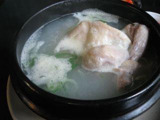 老舗で食べた参鶏湯(サムゲタン)。ほろほろで美味しかった。