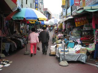 太田(テジョン)駅前の市場。雑然とした地方都市のおもむきだった。