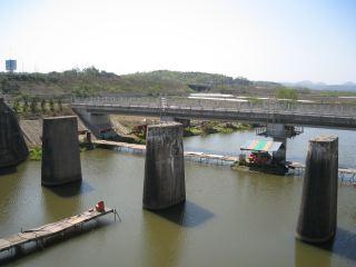 """太陽政ç–のä¸ã€å›½å¢ƒè¡Œãã®ç·šè·¯ãŒæ•´å'™ã•ã'Œã¦ã""""る。新しい橋に架け替わっていた。"""