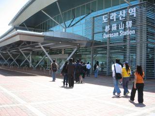 観光客は外から見るだけの都羅山駅。