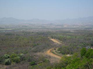 展望台から望んだ北朝鮮の風景。乾いた大地が広がるだけだった。ちなみに、写真を撮ったら「撮影禁æ¢ãã€ã¨æ€'られたけど、消去させられなかったので手元に残りました。