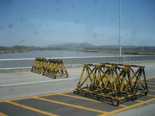 臨津江を渡る橋。è¦å'™ã®ãŸã'ã€æ©‹ã®ã'ちこちには柵停めがある。
