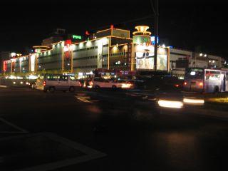 東大門(トンデモン)市場の夜。どのビル もライトアップされている。