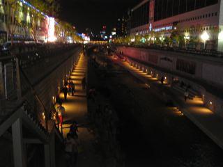 """東大門市場のそばを流れる川もきれいに整備されている。ç‰é–""""隔にカップルがすわり、まるで京都の鴨川だ。"""