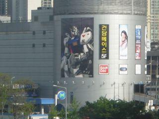 韓国の電脳街。ガンダムの大きなポスターが目立つ。
