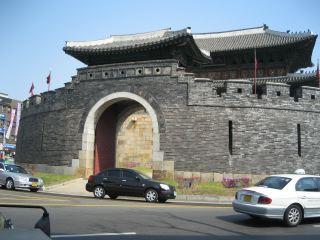 ソウル近郊のæ´å²éƒ½å¸'、水原(スウォン)。立派な城壁の一部が残っている。