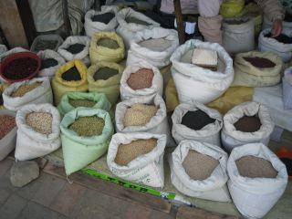 水原市内の商店街。色とりどりの穀物が売っていた。