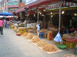 ソウルの京東市場の風景。まだまだ市場が現役の街だ。