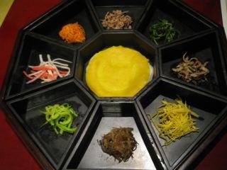 ソウル最後の夜に食べた韓定食。これは前菜で、このあと怒濤のようにコース料理がテーブルに並ぶ。味はまあ、こんなものかなといった程度。