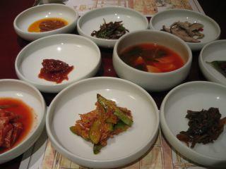 韓定食についてくるã'ムチ各種。どんな料理屋でも、ã'ムチは必ず複数種類置かれるのが韓国。そしてうまい。